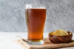 Amber Beer di rinfresco fresca con gli spuntini fotografia stock