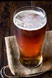 Amber Beer rossa di rinfresco fresca in vetro immagini stock