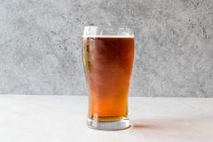 Amber Beer rossa di rinfresco fresca in vetro fotografie stock libere da diritti