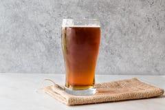 Amber Beer rossa di rinfresco fresca in vetro immagine stock