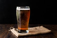 Amber Beer rossa di rinfresco fresca in vetro fotografia stock