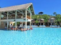 Amber Cover Cruise-de haven in Puerto Plata, Dominicaanse Republiek - 12/12/17 - mensen die bij drinken zwemt omhoog bar in een p royalty-vrije stock foto