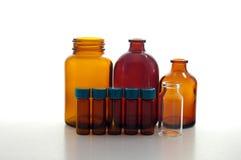 Amber en duidelijke flessen en flesjes. stock afbeeldingen