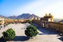 Amber Fort con la luz de oro y la montaña verde como fondo, Rajasthán, la India del sol Fotografía de archivo
