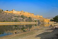 Amber Fort e lago, Jaipur, Rajasthan imagem de stock royalty free