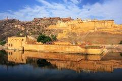 Amber Fort in Maota-Meer dichtbij Jaipur, Rajasthan, India wordt weerspiegeld dat royalty-vrije stock foto's