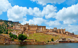 Amber Fort med härlig himmel, Jaipur, Rajasthan, Indien Royaltyfri Bild
