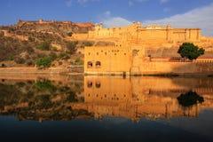 Amber Fort s'est reflétée dans le lac Maota près de Jaipur, Ràjasthàn, Inde Photographie stock libre de droits