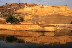 Amber Fort s'est reflétée dans le lac Maota près de Jaipur, Ràjasthàn, Inde Photos libres de droits
