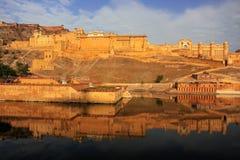 Amber Fort s'est reflétée dans le lac Maota près de Jaipur, Ràjasthàn, Inde Photographie stock