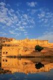 Amber Fort s'est reflétée dans le lac Maota près de Jaipur, Ràjasthàn, Inde Image libre de droits