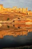 Amber Fort s'est reflétée dans le lac Maota près de Jaipur, Ràjasthàn, Inde Images libres de droits