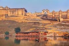 Amber Fort s'est reflétée dans le lac Maota près de Jaipur, Ràjasthàn, Inde Photo stock