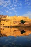 Amber Fort s'est reflétée dans le lac Maota près de Jaipur, Ràjasthàn, Inde Photo libre de droits
