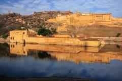 Amber Fort s'est reflétée dans le lac Maota près de Jaipur, Ràjasthàn, Inde Image stock