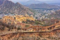 Amber Fort und Verteidigungswälle von Jaigarh-Fort in Rajasthan, Ind Lizenzfreie Stockfotos