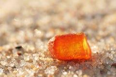 Amber in het zand Stock Foto's