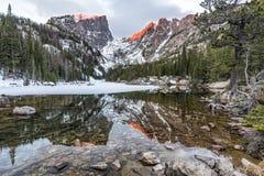 Amber Peaks ovanför den dröm- sjön fotografering för bildbyråer