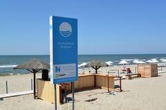 AMBER, RUSLAND Een mening van de Blauwe Vlag van de informatietribune Amber tegen de achtergrond van het stadsstrand Royalty-vrije Stock Afbeeldingen
