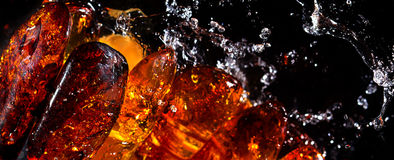 Amber stenen en water Royalty-vrije Stock Afbeeldingen