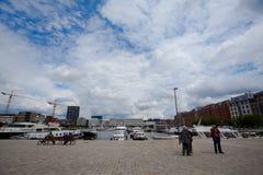 Amberes, Bélgica - 19 de junio de 2011: La vieja zona portuaria de Eilandje en el río Sche Imágenes de archivo libres de regalías