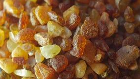 Amberstenen op draailijst stock video