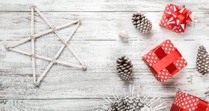 Ambiance de Noël sur la table de cuisine, les cadeaux décoratifs de sapin et les cônes, l'atmosphère de vacances d'hiver Image stock
