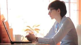 Ambicja bizneswoman pisać na maszynie na jej laptopie zbiory wideo