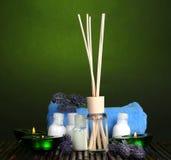 Ambientador de aire, botellas, toalla y velas fotos de archivo libres de regalías