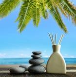 Ambientador de aire con los palillos del aroma y los guijarros de madera del zen en la playa Fotografía de archivo