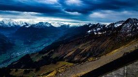 Ambiente alpino en las montañas suizas Foto de archivo libre de regalías