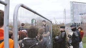 Ambiente de European Parliament de la valla de seguridad de la policía almacen de metraje de vídeo