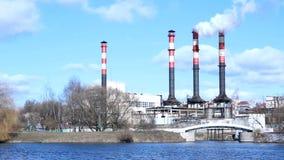Ambiente de la contaminación: tubo que fuma de la central eléctrica almacen de metraje de vídeo