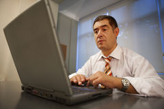 Ambiente de trabajo de la oficina de la computadora portátil del hombre de negocios Fotos de archivo libres de regalías