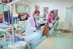 Ambiente de trabajo en la oficina dental Imagen de archivo