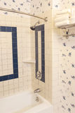 Ambiente del bagno sistemato nei colori caldi luminosi Immagini Stock Libere da Diritti