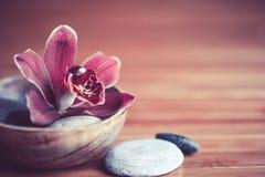 Ambiente del balneario Flor y guijarros de la orquídea foto de archivo