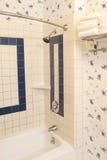 Ambiente del cuarto de baño dispuesto en colores calientes brillantes Imágenes de archivo libres de regalías
