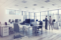 Ambiente dell'ufficio dello spazio aperto, angolo, uomini Immagini Stock Libere da Diritti