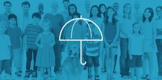 Ambiente di protezione dagli agenti atmosferici dell'ombrello che protegge concetto Fotografie Stock