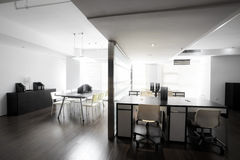 Ambiente limpio y elegante de la oficina Imagen de archivo
