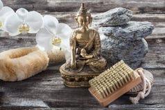 Ambiente para el tratamiento que calma y de limpiamiento con Buda en mente Foto de archivo