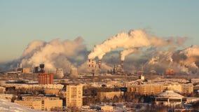 Ambiente pobre en la ciudad Desastre ambiental Emisiones dañinas en el ambiente Humo y niebla con humo contaminación almacen de metraje de vídeo