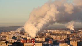 Ambiente pobre en la ciudad Desastre ambiental Emisiones dañinas en el ambiente Humo y niebla con humo contaminación almacen de video