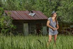 Ambiente rural moreno bonito de Posing Outdoors In A do modelo do biquini fotos de stock royalty free