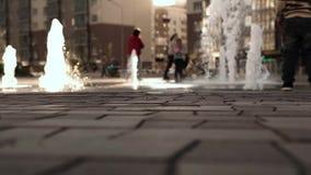 Ambiente urbano com povos de passeio vídeos de arquivo