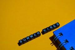 Ambientes del verano en bloques de madera concepto del negocio en fondo anaranjado fotos de archivo