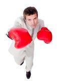 ambitiös affärsman som ut kontrollerar konkurrens Arkivbild