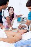 ambitiöst medicinskt patient resuscitating lag Arkivbilder