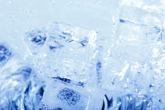 Ambiti di provenienza con i cubetti di ghiaccio in acqua frizzante Fotografie Stock Libere da Diritti